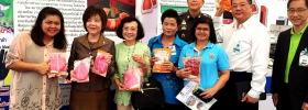 รองเลขาธิการนายกรัฐมนตรีฝ่ายการเมือง (นางสาวเรณู ตังคจิวางกูร) ชมร้านค้าและสินค้าผลิตภัณฑ์ ภายในงานนวัตกรรมฯ คลองผดุง